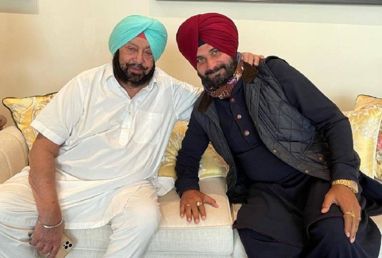 This image has an empty alt attribute; its file name is captain-amrinder-singh-and-navjot-singh-sidhu.jpeg